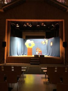Bühnenbild Polly und der Blitz der Raupen